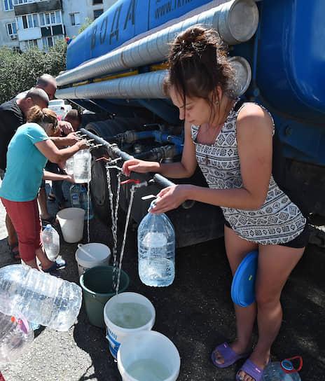 Мирное, Крым. Местные жители набирают воду во время режима ЧС, объявленного из-за пересохшей скважины