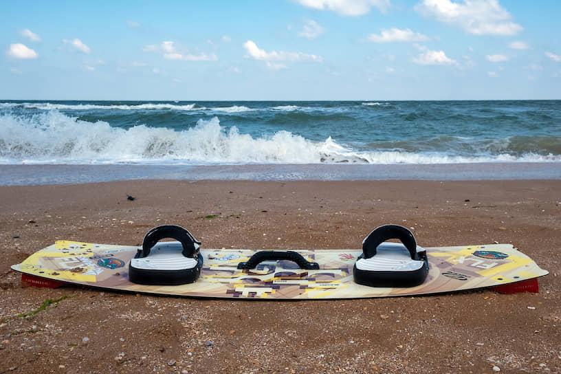 Крым. Доска для кайтбординга на пляже