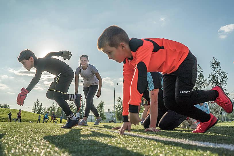 Москва. Тренировки на футбольном поле в парке