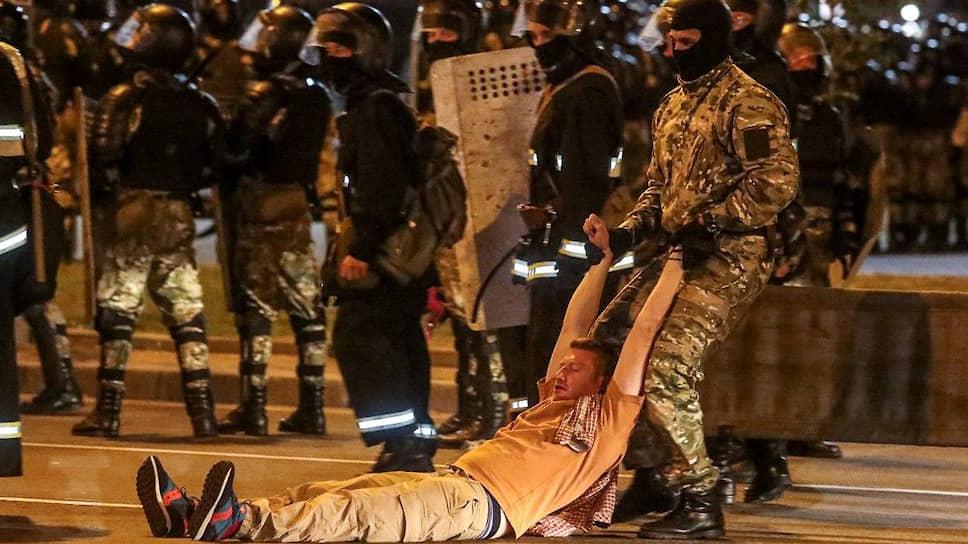 К полуночи в Минске протестующие построили баррикады из мусорных баков, силовики начали задержания На фото: момент задержания журналиста Семена Пегова