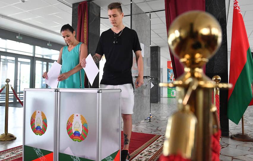 К 12:00 (совпадает с мск) явка на участках составила 54%. ЦИК Белоруссии признал выборы состоявшимися