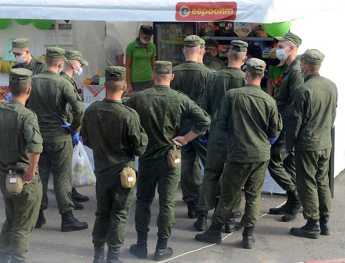 По сообщениям пользователей соцсетей, в Минск начали стягивать военную и специальную технику — бронированные автомобили, водометы для разгона демонстраций, автозаки, грузовики с военнослужащими