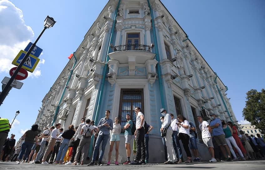 Очередь у посольства Белоруссии в Москве растянулась почти на километр