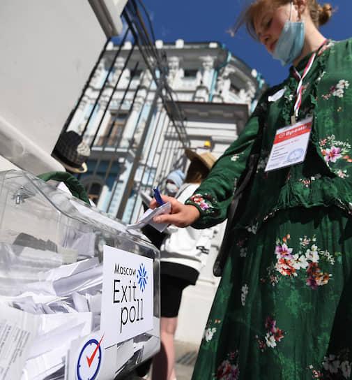Урна для получения предварительных результатов голосования и контроля подсчета голосов у здания посольства Белоруссии в России