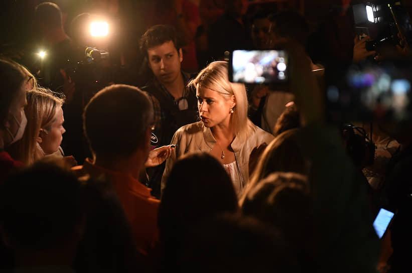 Жена незарегистрированного кандидата на выборы президента Валерия Цепкало Вероника у здания посольства Белоруссии в Москве