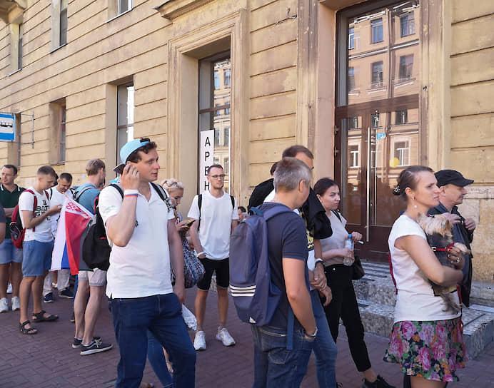 Избиратели и независимые наблюдатели сообщают о многочисленных нарушениях в ходе голосования, например, запрет на фотографирование бюллетеней или отсутствие шторок на кабинках для голосования
