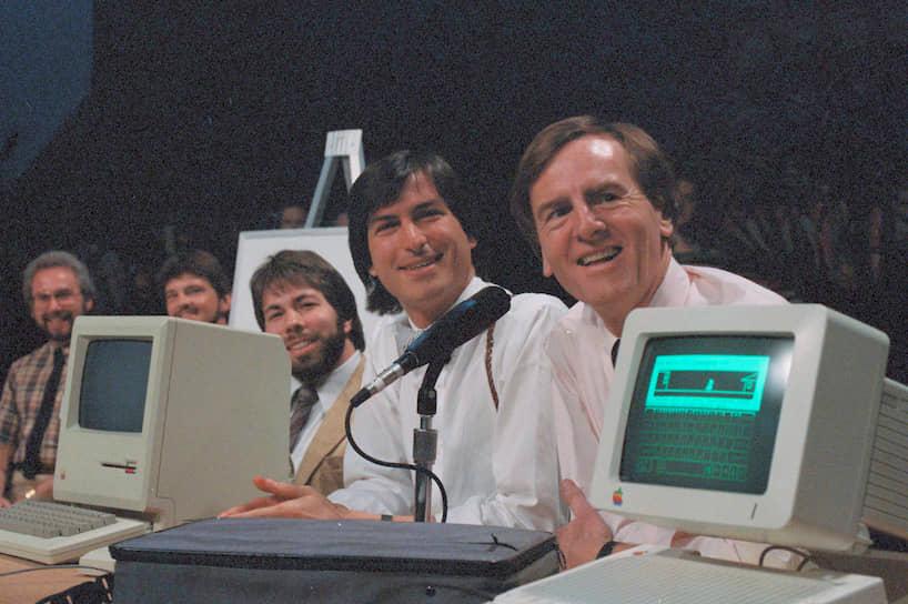 Компания под названием Apple Computer была зарегистрирована 1 апреля 1976 года. В том же году был выпущен первый компьютер, а в 1977 году разработана вторая модель — Apple II, завоевавшая невероятную популярность: всего было произведено более 5 млн экземпляров компьютера