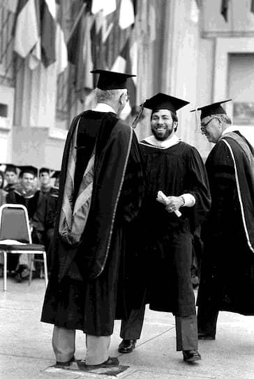 В 1985 году Возняк оставил пост вице‑президента Apple. В том же году президент Рональд Рейган вручил ему Национальную медаль США в области технологий. А в 1986 году он получил ученую степень бакалавра в Калифорнийском университете, куда вернулся, чтобы завершить обучение