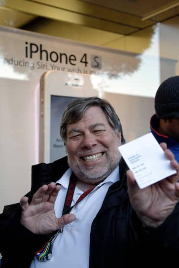 В одном из интервью, Стив Возняк признался, что не раз стоял всю ночь в очереди в ожидании старта продаж новых iPhone, а также других продуктов компании Apple <br>На фото: Стив Возняк перед покупкой iPhone 4S