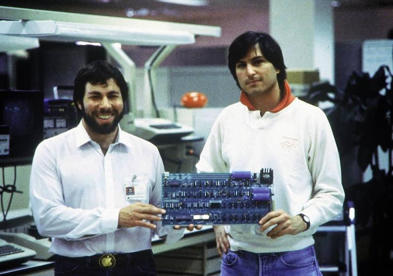 В том же году школьный приятель Возняка Стив Джобс (справа) предложил ему создать модель компьютера. В гараже, принадлежавшем родителям Джобса, они создали компьютерную плату, прототип компьютера Apple I. Местный торговец электронным оборудованием заказал им 25 таких устройств, после чего Возняк оставил прежнюю работу, чтобы стать вице‑президентом нового предприятия