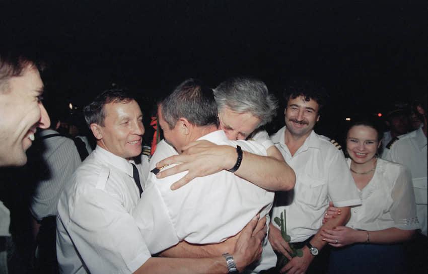 Чтобы скрыться от средств ПВО, над Афганистаном летели на предельно низких высотах (80 метров от земли) без связи с наземными авиационными службами. Для ухода от погони экипаж направил самолет не в Россию, а к иранской границе, а оттуда — в ОАЭ. После успешного приземления в аэропорту Шарджи летчики были эвакуированы на родину. 22 августа 1996 года президент России Борис Ельцин присвоил командиру Шарпатову и второму пилоту Газинуру Хайруллину звание Героя России, другие члены экипажа получили ордена Мужества