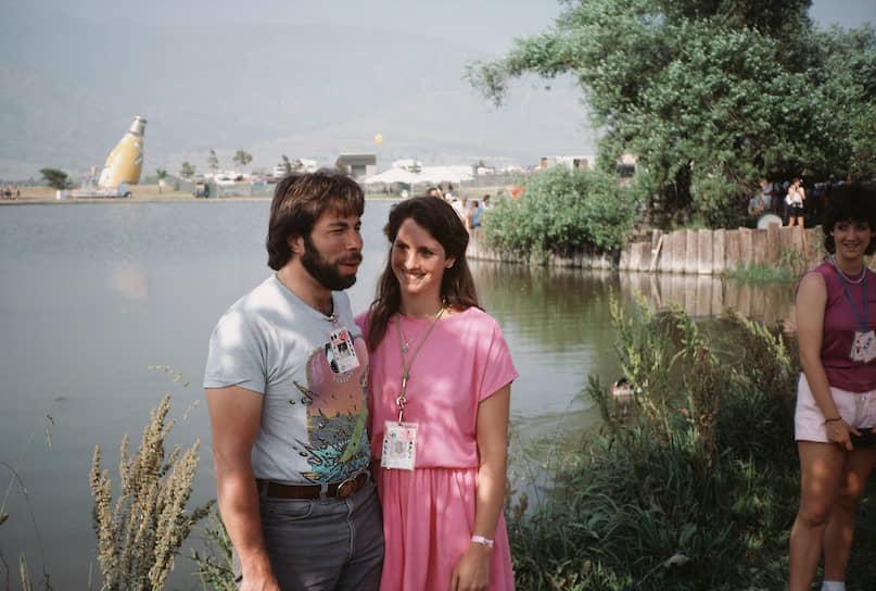 Стив Возняк был несколько раз женат. С 1976 года — на Элис Робертс. После авиакатастрофы он женился на Кэнди Кларк (на фото), в браке родились два мальчика и девочка. Также с 1990 года состоял в браке со Сьюзан Мулкерн