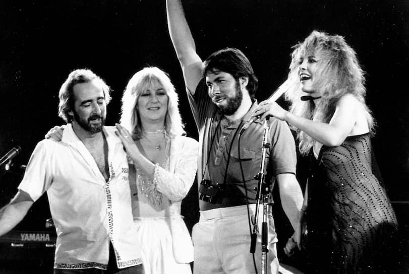В 1982 и 1983 годах Возняк спонсировал два национальных рок-фестиваля «The US Festival», которые были посвящены развивающимся технологиям и содружеству музыки, компьютеров, телевидения и людей. Они представляли собой комбинацию технологической выставки и рок-фестиваля
