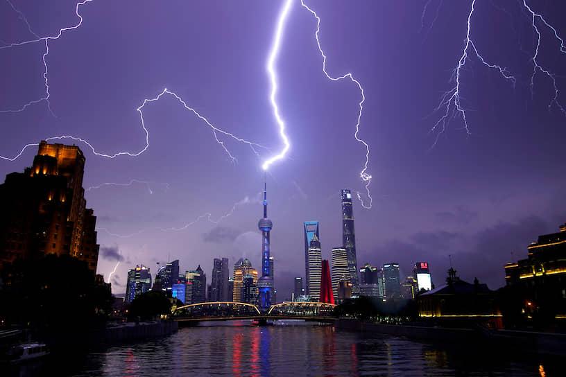 Шанхай, Китай. Молния над финансовым районом города