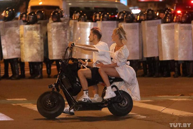 Минск, Белоруссия. Молодые люди катаются перед сотрудниками правоохранительных органов, перекрывших улицу