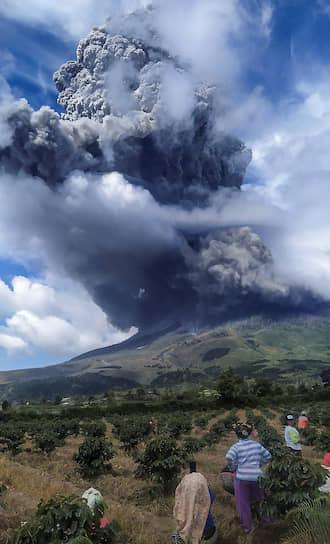 Каро, Индонезия. Извержение вулкана Синабунг