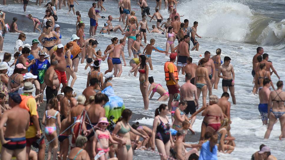 Пока туристы ищут место на пляже, крымский минздрав разыскивает врачей-инфекционистов