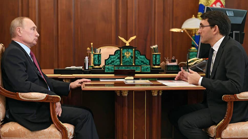 Президент России Владимир Путин (слева) и глава Роскомнадзора Андрей Липов