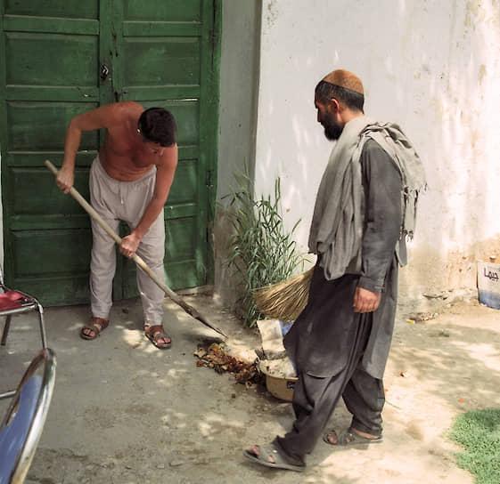 «Талибы цену набивали, мы для них служили козырной картой»  <br>Условия талибов постоянно менялись. Сначала они требовали освободить несколько тысяч афганцев, якобы удерживаемых в России после советско-афганской войны. Позже — прекратить поддержку кабульского правительства и оборвать с ним контакты. Переговоры не увенчались успехом