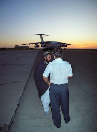 Заподозрив неладное, охрана на нескольких машинах двинулась наперерез самолету, однако, при критической нехватке скорости, «Илу» удалось взлететь. Охранников на борту разоружили и связали заранее подготовленными веревками <br>На фото: пилот МиГ-21 Гулям (слева) и сотрудник компании «Трансавиа» Мунир Файзуллин