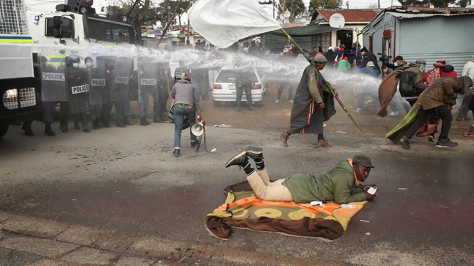 Стелленбос, ЮАР. Полиция применяет водометы для разгона демонстрантов, протестующих против расового и экономического неравенства