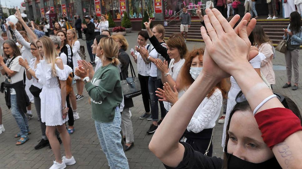 Участники акции в поддержку задержанных и пострадавших вчера днем собрались возле изолятора «Окрестина» в Минске, развернули плакаты и стали хором скандировать: «Держитесь!»