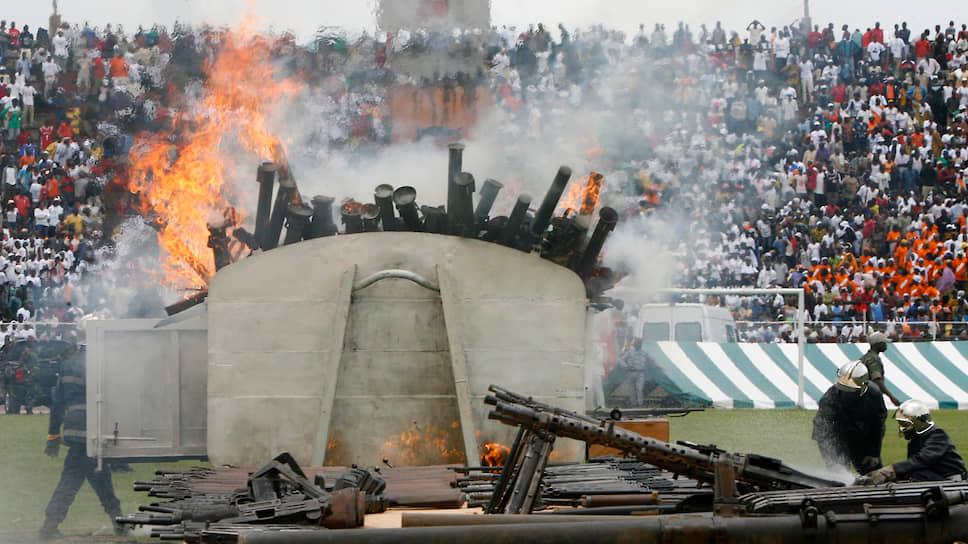 «Сегодня мир. Это мир. Война окончена», – произнес президент Лоран Гбагбо на торжественной церемонии сожжения оружия, символизирующей окончание гражданской войны
