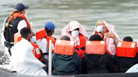 Британия недовольна наплывом иммигрантов  / Соединенное Королевство просит Францию не подпускать беженцев к воде
