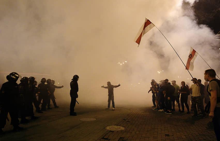 Минск, Белоруссия. Участники протеста и сотрудники правоохранительных органов