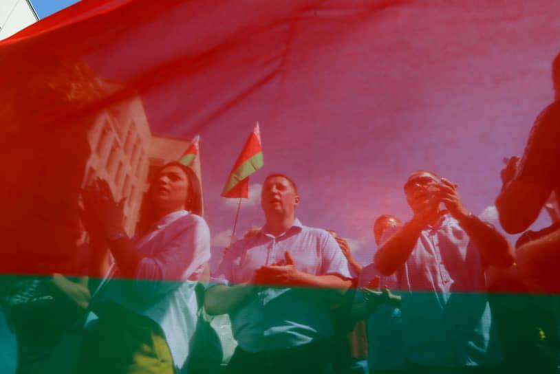 Глава МВД Белоруссии на митинге заявил журналистам, что ведомство разберется со случаями насилия со стороны силовиков, но «не сейчас, а когда все утихнет». Он также заявил, что «ядро митингующих в так называемых цепочках протеста финансируется из-за рубежа»: «Парням платят 30 рублей, девушкам — 60»