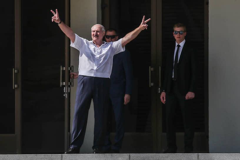 Позже к собравшимся прибыл Александр Лукашенко: «Я не сторонник улиц и площадей, но, увы, это не моя вина, что мне пришлось позвать вас на площадь». Толпа в ответ скандировала «Беларусь!» и «За батьку!»
