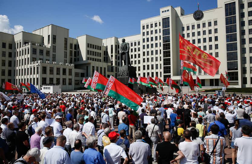 Господин Лукашенко закончил свое выступление: «Я живой и буду жить. Я встаю на колени перед собравшимися». При этом на колени он не вставал