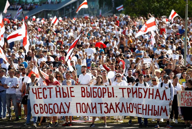 По оценкам корреспондентов Tut.by, на митинг против Александра Лукашенко собралось до 220 тыс. человек.