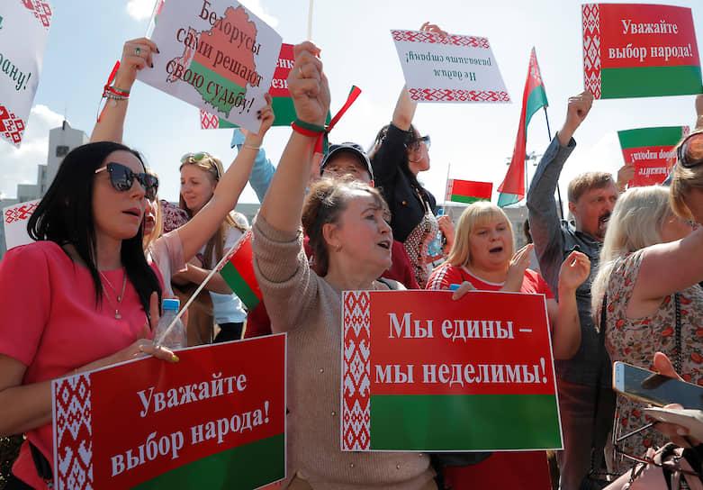 За два часа до акции протеста оппозиции на площади Независимости в Минске прошел митинг в поддержку президента Александра Лукашенко