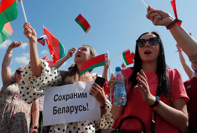 Александр Лукашенко обратился к людям, пришедшим поддержать его, как к «пятидесятитысячной толпе»: «Родные мои, я тут стою не потому, что я крепко уцепился за власть»