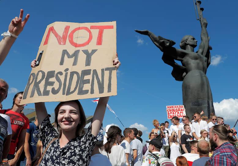 Колонна из десятков тысяч человек в Минске направилась в сторону площади Независимости, где утром выступил Александр Лукашенко