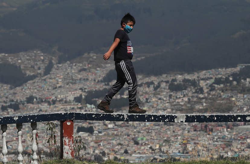 Кито, Эквадор. Мальчик идет по перилам