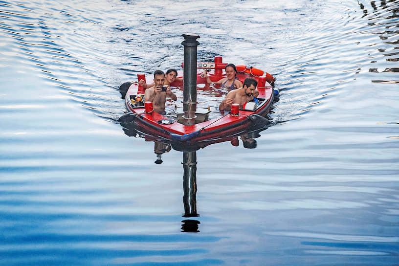 Лондон, Великобритания. Люди плавают по Темзе на лодке-джакузи