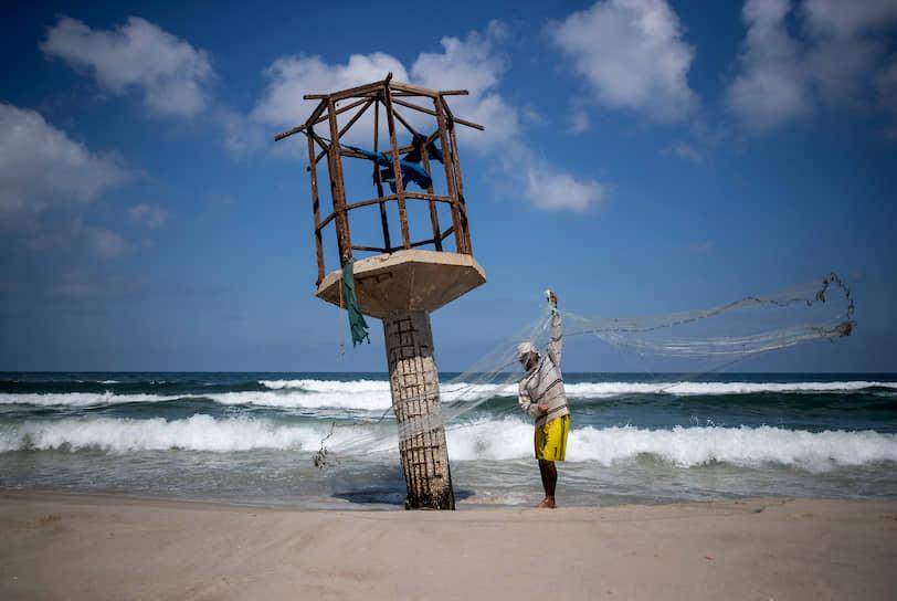 Газа, Палестина. Рыбак чистит сеть