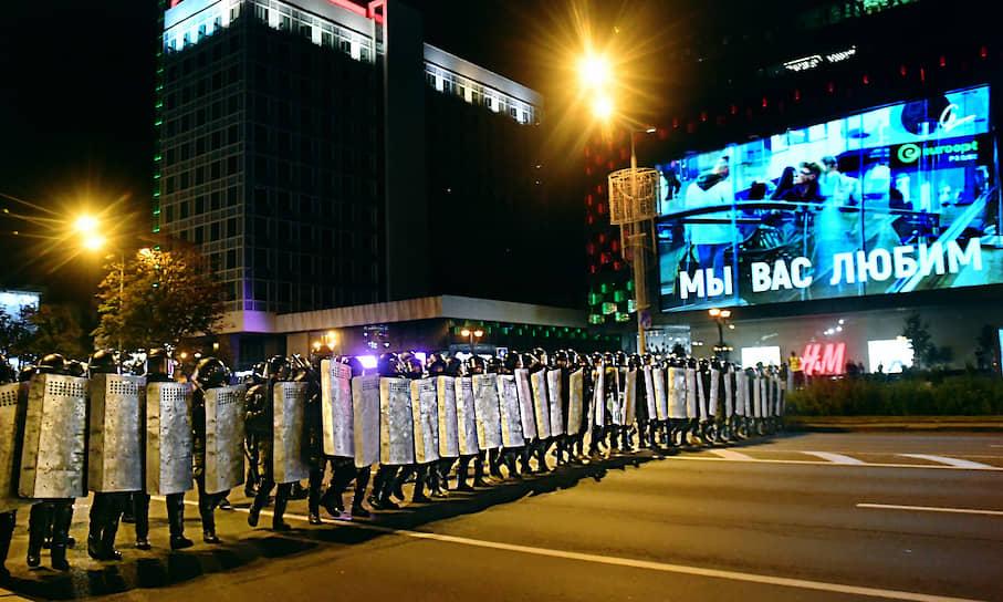 Сотрудники правоохранительных органов во время акции протеста