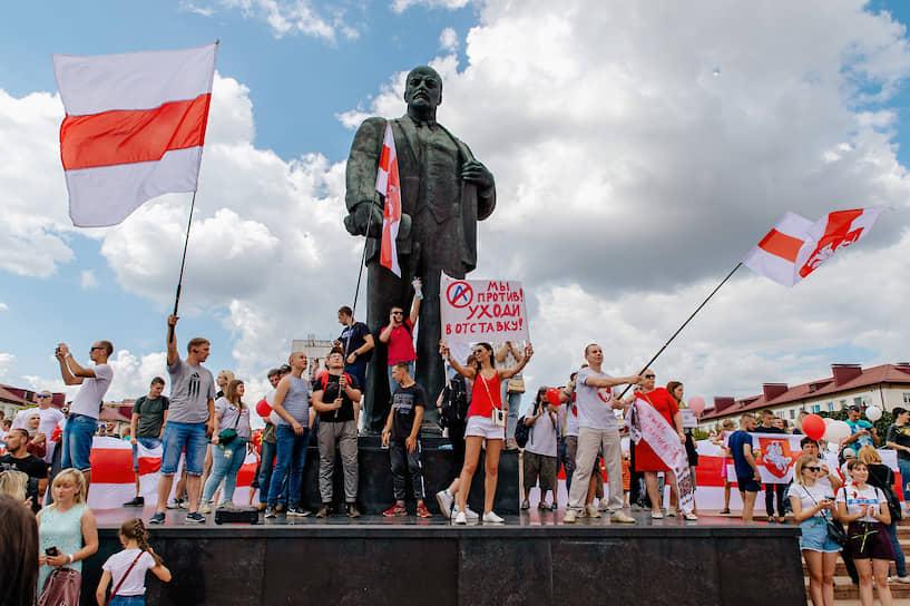 Участники акции на площади Ленина