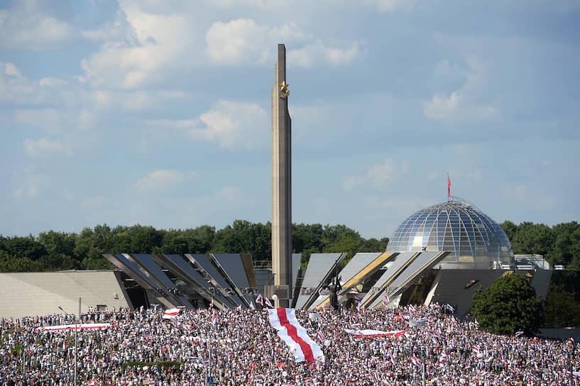Митинг с требованием отставки Александра Лукашенко возле обелиска «Минск — город-герой»