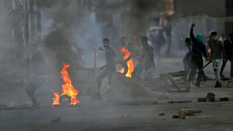 Протестующие мусульмане Сринагара забрасывают камнями индийских полицейских