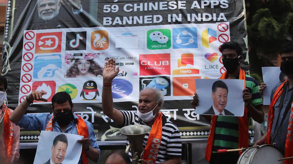 Активисты выкрикивают лозунги против председателя КНР Си Цзиньпина во время акции протеста в Джамму