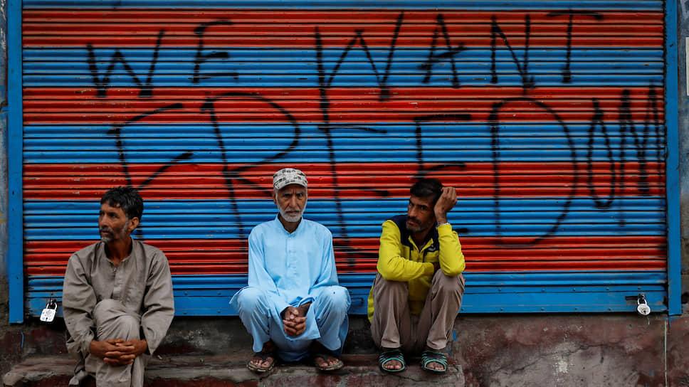 Кашмирские мусульмане перед молитвой в честь праздника Курбан-байрам. После отмены особого статуса Кашмира для мусульман был введен ряд ограничений