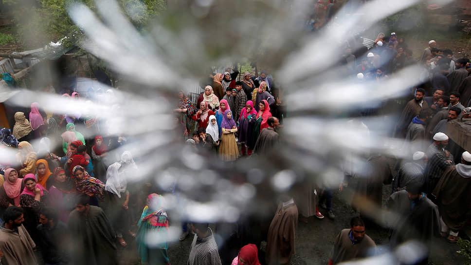 Пулевое отверстие, оставшееся после перестрелки индийских сил безопасности и мусульманских активистов в деревне Туркевангам (Кашмир)