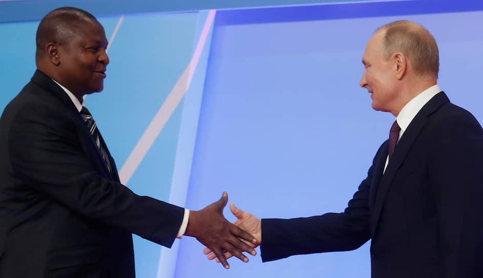 Президент ЦАР Фостен-Арканж Туадера с президентом РФ Владимиром Путиным во время саммита Россия-Африка в Сочи, 2019 год