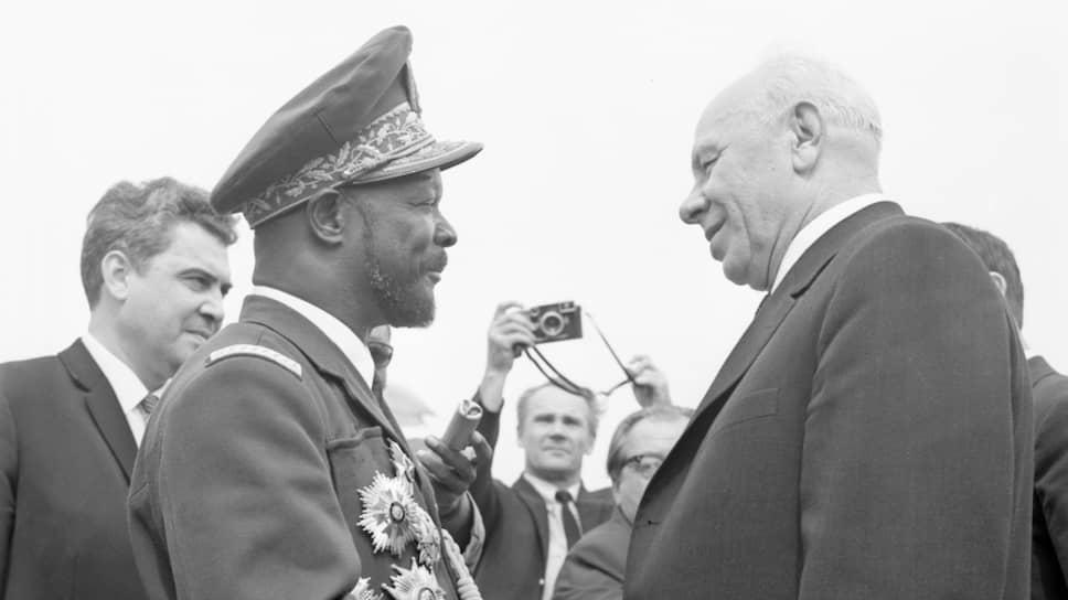 «Для нас, африканских народов в целом и для центральноафриканского народа в частности, для тех, кто познал долгие годы бесчеловечного угнетения, унижения и обскурантизма, не может быть другого решения, как торжественно приветствовать достижения Советского Союза, его вклад в борьбу, которую ведут народы против всех форм угнетения, чтобы освободиться навсегда от угнетения, эксплуатации, колониализма, от неоколониализма и империализма»  (Из речи президента ЦАР Ж. Б. Бокассы на обеде в Большом Кремлевском дворце 1 июля 1970 года). На фото — президент ЦАР Ж. Б. Бокасса и Председатель Президиума Верховного Совета СССР Николай Викторович Подгорный