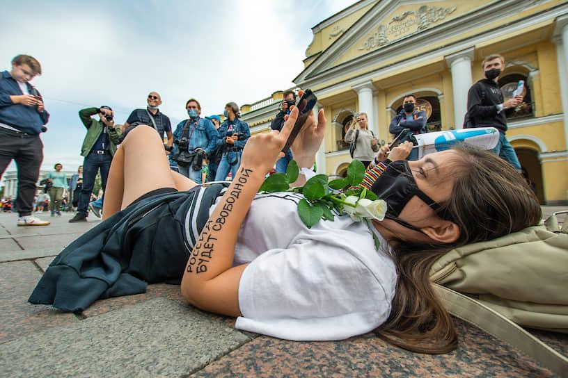 Санкт-Петербург, Россия. Акция солидарности с протестующими Хабаровска, Куштау и Белоруссии возле Гостиного двора