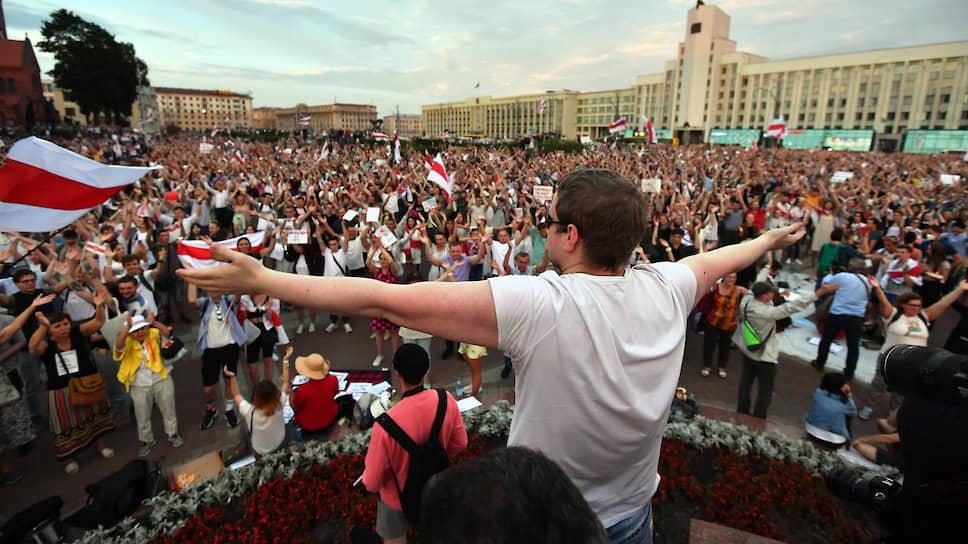 Участники акции против официальных результатов президентских выборов в Белоруссии